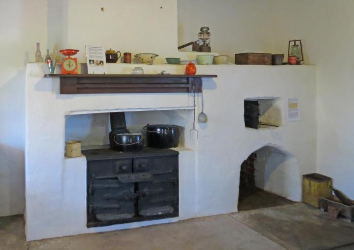 Wood-burner stove with the bread oven alongside